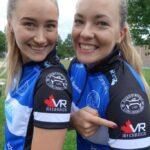 Sara McManus och Agnes Knochenhauer visar stolta upp den nya kanadensiska sponsorn VR Mechanical Solutions